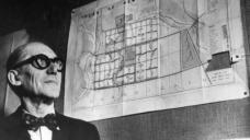 Le Corbusier im März 1953 neben seinem Plan für eine neue Hauptstadt im indischen Bundesstaat Punjab (Bild: deutschlandradio)