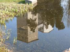 03-spiegelung_der_muehle_im_teich.jpg