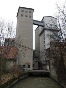 6_silos_mit_durchfliessendem_muehlgang.jpeg