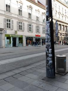 bild_2_herrengasse_16_stele_vor_touristeninformationszentrum_.jpeg