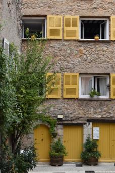 bild_3-_fassade_mit_gelben_fenstern_und_tueren_in_chateau_double_provence.jpeg