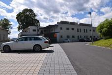 bild_3_obere_erschliessungsstrasse_mit_parkplatz-_frueher_war_hier_schwimmbad_tischtennisplatz_und_alte_baeume.jpg