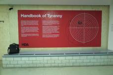 2_handbook-of-tyranny-ausstellungsansicht_eingang.jpg