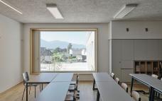 17_aussicht_aus_dem_klassenraum_auf_den_vorplatz_david-schreyer.jpg