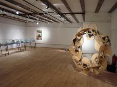Ausstellungsansicht, rechts vorne: Still/Leben, 1994
