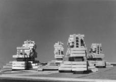 Am Arbeitsmodell wurde der strukturelle Aufbau in der Verbindung vertikaler und horizontaler Organisation untersucht. Durch Versetzung und Höhenstaffelung der Baukörper wurde gute Besonnung bei gleichzeitiger vorteilhafter Aussicht erreicht.Foto: Werkgruppe Graz