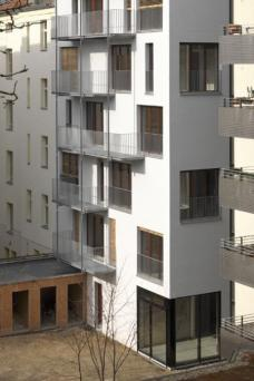 e3, Esmarchstraße 3, Berlin-Prenzlauer Berg, Kaden Klingbeil Architekten Berlin.Ausschnitt Gartenfassade: Balkone. Foto: Bernd Borchardt