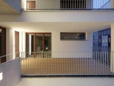Projekt e3: Ausschnitt Straßenansicht, offenes Treppenhaus, Stege zu den Geschossen mit teilweise halböffentlichen Freiräumen vor den Wohnungen, Foto: kaden-klingbeil