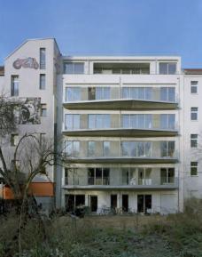 K20: Kreutzigerstraße 20, Berlin-Friedrichshain, Architekten roedig.schop Berlin. Ansicht Gartenseite. Foto roedig + schop