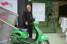 Univ.-Prof. Schnitzer wirbt mit einem Elektro-Roller (Leihgabe der Energie Steiermark) für die urbane E-Mobility der Zukunft. Foto: Anita Schnitzer