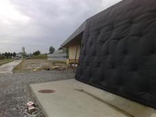 Fassadenverkleidung mit Kunststofffolie, die auf einer Holzunterkonstruktion aufgebracht wird. Foto: Feyferlik/Fritzer