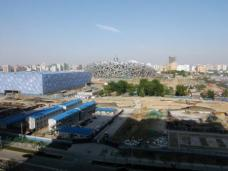 Das chinesischen Nationalstadion für die Olympiade in Peking von Herzog de Meuron, im Hintergrund.