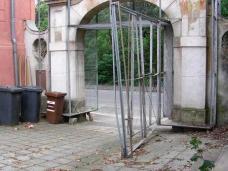 das Tor im Juli 2008, mit Blick vom Hof der Villa, in dem bis Ende 2007 das HDA Graz untergebracht war. Foto: w