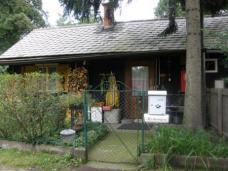 Die meisten der alten Holzhäuser wurden saniert, einige dämmern aber dem Verfall entgegen.