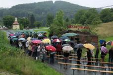 Eröffnung des Gedenkzeichens, am 28. Juni 2009 bei strömendem Regen. (c) colourspace M.Auer