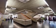 Die zentrale Halle um den Treppenturm ist durch das zusätzliches Lichtsystem an der Decke  und die in die Treppe integrierte Beleuchtung deutlich heller. (Foto: Martin Grabner)