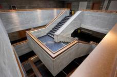 Die Treppe im obersten Geschoß. Durch den Handlauf wird die heute vorgeschriebene Brüstungshöhe erreicht. (Foto: Martin Grabner)