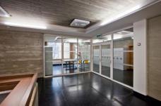 Die Vorbereiche der Klassen wurden aus Brandschutzgründen abgetrennt und fungieren nun als Gruppenräume. (Foto: Martin Grabner)