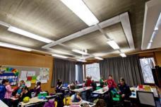 In einer Klasse: Das ursprüngliche Lichtsystem wurde durch ein neues ergänzt. Die originale Holzvertäfelung gereinigt, die Fenster restauriert. (Foto: Martin Grabner)