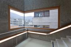Im Stiegenhaus des Zubaus: Die Eckfenster zitieren die Fenster des Bestandgebäudes. (Foto: Martin Grabner)