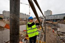 ...und Vizebürgermeisterin Lisa Rücker beim Abstieg in die Baugrube der zukünftigen unterirdischen Straßenbahn-Haltestelle.