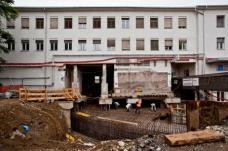 Der Südtrakt des Bahnhofgebäudes mit dem ehemaligen Nonstop-Kino wurde unterfangen. Der Tunnel führt quer unter dem Gebäude durch...