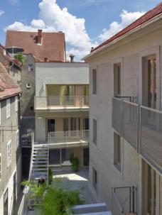 Um den Innenhof gruppieren sich 21 Wohnungen, großteils mit eigenen Terrassen.