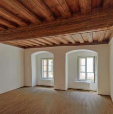 Innenraum mit einer Renaissance-Decke und speziell angefertigten Fensterflügeln.