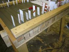 Die von den Architekten entwickelten, vorgefertigten Fassadenelemente aus Lärchenholz denken durch eine spezielle Lasur den Alterungsprozess mit, wodurch das silbrig-graue Erscheinungsbild schon von Anfang an und vor allem gleichmäßig gegeben ist. (Foto: .tmp architekten)