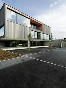 Die neue Volksschule Hausmannstätten von .tmp architekten: Die strukturierte Holzfassade wirkt als robust-erdiger Gegenpart zu den präzise geschnittenen großen Glasflächen. (Foto: Paul Ott)