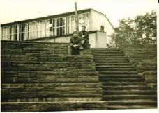 Exkursion Berlin 1956: Fritz Gartler (oberste Stufe), Raimund Abraham (darunter)