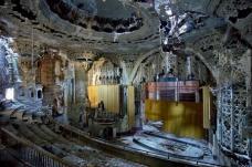 """United Artists Theater, erbaut 1928, Architekt Charles Howard Crane. Das im spanisch-gotischen Stil gestaltete Kino ist seit 1974 dem Verfall preisgegeben. Dieses Bild und alle folgenden stammen aus """"The Ruins of Detroit"""", von Yves Marchand und Romain Meffre"""