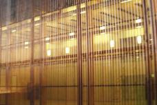 Detailaufnahme der durchscheinenden W-Fassade