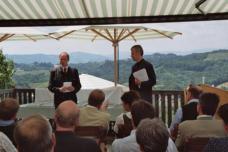 """Am 20.06.2005 präsentierten DI Christian Hofmann (li) und Landesbaudirektor Gunther Hasewend in Gamlitz den Bauherrenbegleiter und das Buch """"Bauen in der Steiermark""""."""