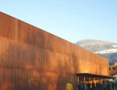 Hauptschule Klaus, Fraxern  Arch. Dietrich / Untertrifaller  W-Fassade mit wärmetechnisch optimierter durchscheinender Außenhülle aus perforiertem Kupferblech,