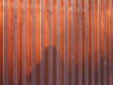 Detailansicht des perforierten Kupferblechs der W-Fassade