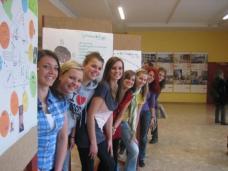 """Vorne: Workshopergebnisse, hinten: Baugruppenausstellung """"gemeinsam bauen"""""""