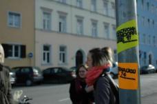Collect them all von Lukas Ries, Susanne Rieser, Anna-Maria Tax – präsentieren mittels einer Schnitzeljagd (Pickerlaktion)   junge Kunst in Schaufenstern/Fassaden/Straßenflächen