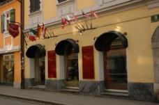Hemingway-Bar: flag invasion von Ariane Reinhofer, Michael Reitmann, Christoph Tscharf – fiktive Flaggen werden in die vorhandenen Flaggenköcher der Hemingway-Bar gesteckt.