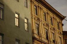 täglich*, wenn die Sonne scheint von Georg Kettele – vergoldete Rolläden lenken die Sonne in einem winzigen Zeitfenster an die gegenüberliegende Häuserzeile.