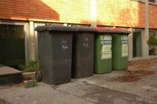 TrashXXS von Konrad Edlinger – mittels amtlicher Mitteilung der Stadt Zarg wird auf die Übergangsfrist für den Austausch zu kleineren Mülltonnen hingewiesen.