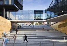 """Eine Besonderheit dieser sogenannten """"Via Culturalis"""" ist die öffentliche Freitreppe, die unter der Glasbrücke des Direktionsgebäudes hindurchführt und dabei einen Höhenversprung von fast acht Metern überwindet."""
