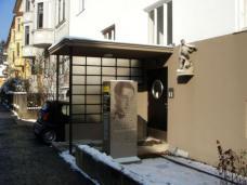 Wohnhaus Liebiggasse 9, Graz, nach dem Um- und Ausbau, 2010. Planung: Arch.in Marion Wicher. das Bild zeigt den Hauseingang mit einem Blick verstellenden neuen Briefkasten, der auch als Gedenktafel dient. Foto: Michael Lahnsteiner