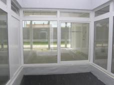 Minipatio einer Wohnung der Anlage mit Blick zur Lärmschutzwand
