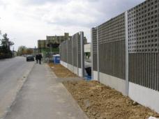 """Die verkehrsbelastete Waltendorfer Straße in Graz gilt als Lärmsanierungsgebiet. Um die Straßengrundstücke zu möglichst hohen Preisen verkaufen zu können, sind, wie im Fall der Wohnanlage """"Patio Waltendorf"""" Lärmschutzmaßnahmen nötig. Die übliche Lösung dafür sind Lärmschutzwände. Sie sind meist unschön und verstellen zudem den Blick auf die Architektur und die Umgebung."""