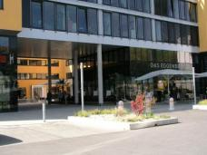 Anbindung des Innenhofes des ÖGB Gebäudes an den Stadtraum mittels großzügiger Durchgänge
