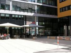 Sitzgarten vor dem neuen ÖGB Gebäude. Architektur: Norbert Frei.