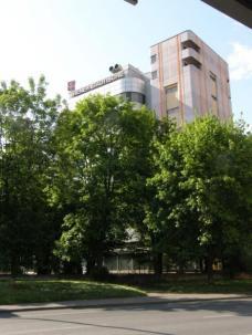 Großzügige Freiflächen umgeben den Bürokomplex. Blick von der Lazarettgasse. Foto: el