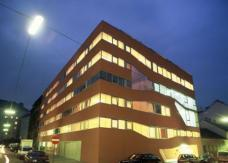 Wohnanlage Miss Sargfabrik, Straßenfassade Nachtansicht, Planung: BKK-3 ZT GmbH. Foto: © Herta Hurnaus