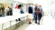 Erste Gespräche bei der Ausstellungseröffnung am 23.09.2009 Alle Fotos: (c) Michael Sladek
